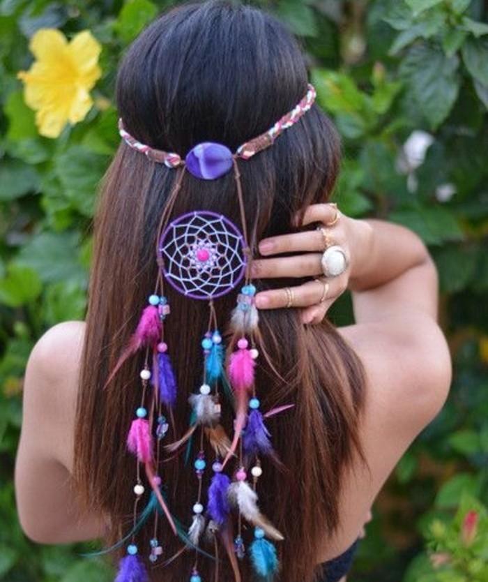 un bellissimo accessorio per i capelli con un acchiappa sogni, piume e perline colorate