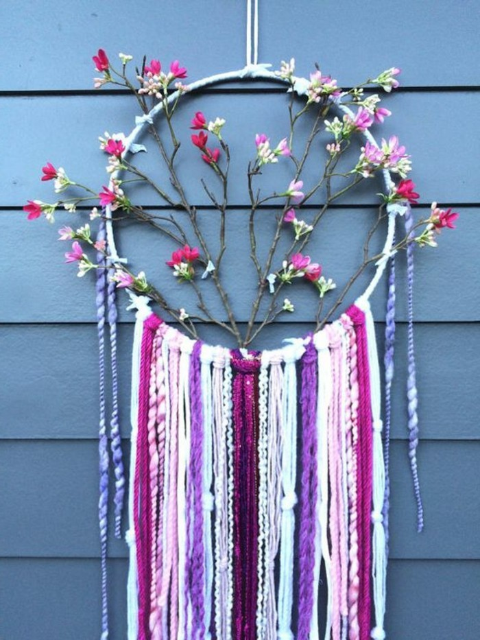 una proposta di dream catcher con tanti fiori colorati e frange dello stesso colore