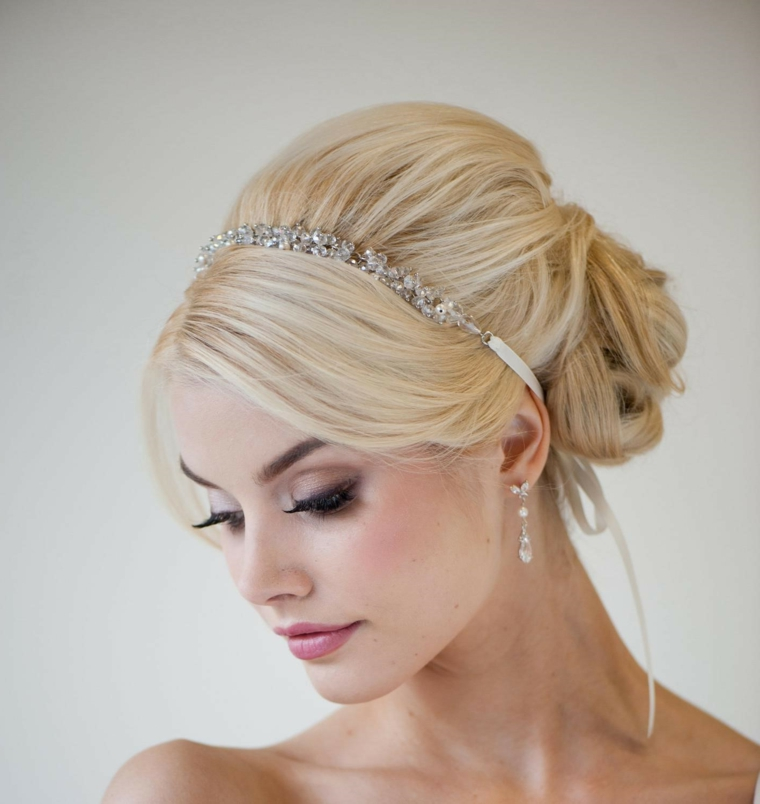 un esempio di acconciature raccolti per una sposa con una fascia sottile di brillanti, orecchini e trucco naturale