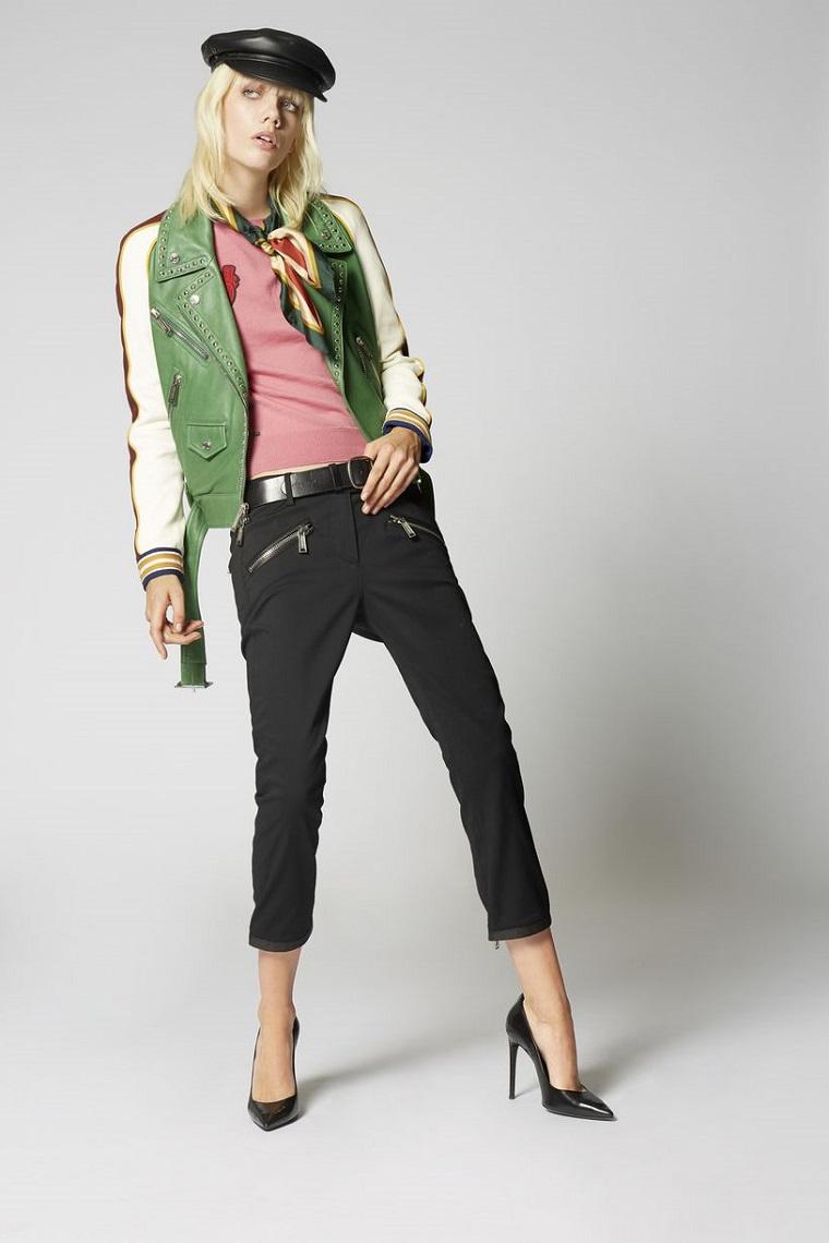 Abbigliamento di stile casual con jeans neri e giacca bomber di diverso colore