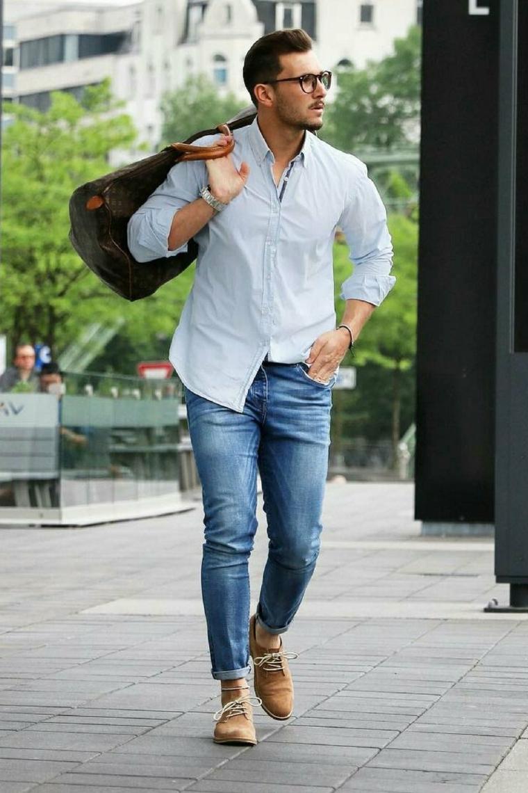 Camicia di colore bianco in abbinamento ad un paio di jeans regular, borsone grande di marca