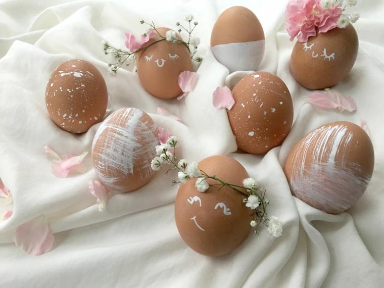 romantica idea per degli addobbi pasquali realizzati con delle uova e dei fiorellini bianchi e rosa