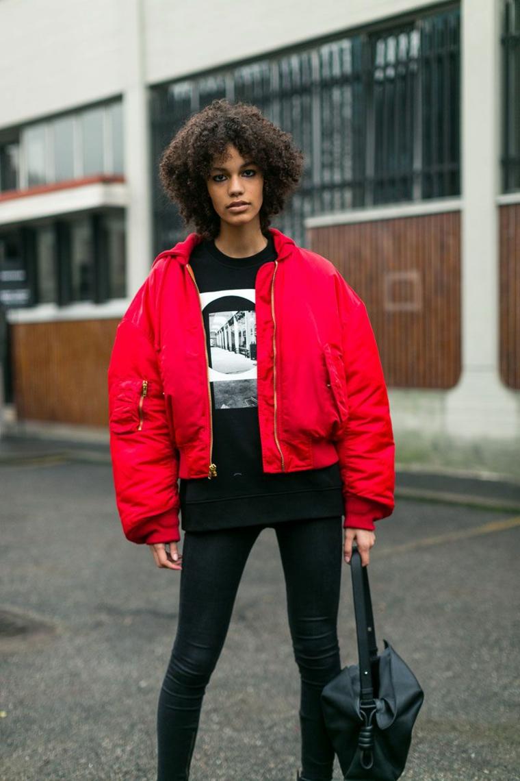 Pantalone stretto di colore nero in abbinamento ad una giacca bomber di colore rosso
