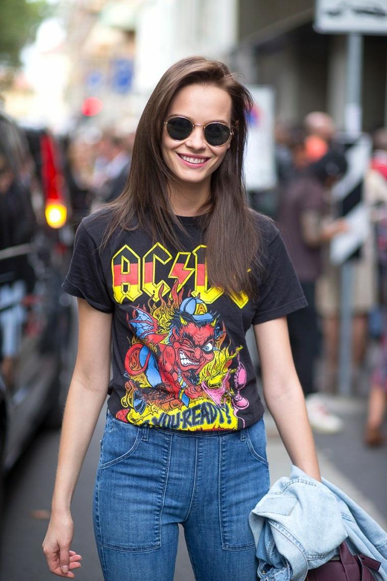 Vestiti rock, t-shirt con scritta e blu jeans con tasche davanti in stile vintage