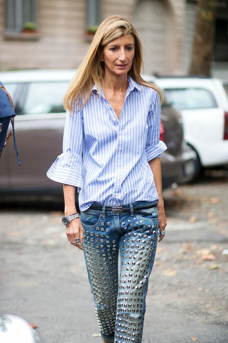 Idea abbinamento vestiti, jeans con borchie e camicia di colore blu con maniche voluminose