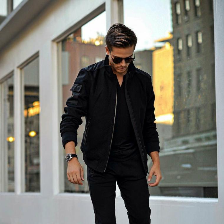 Jeans di colore nero con maglietta e giacca, street style per un uomo con acconciatura pompadour