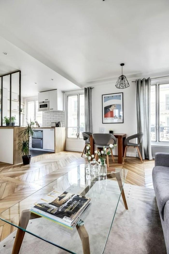 Monolocale con zone giorno ben definite, cucina e soggiorno nelle tonalità di colore chiaro