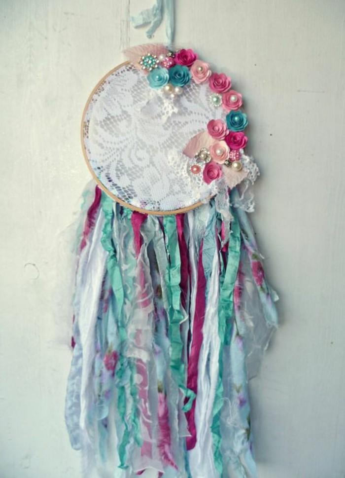 splendido esempio di come fare un acchiappasogni con tante strisce colorate, rose e perline