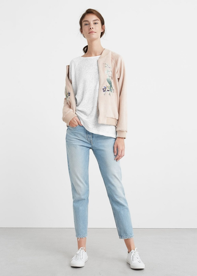 Come abbinare i colori dei vestiti, jeans vintage con maglietta bianca e felpa rosa