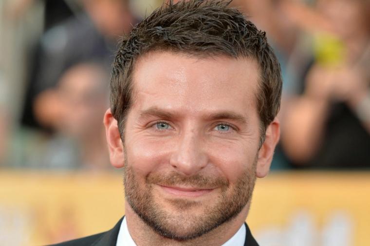 bradley cooper con un taglio capelli maschile semplice ma di tendenza, occhi azzurri