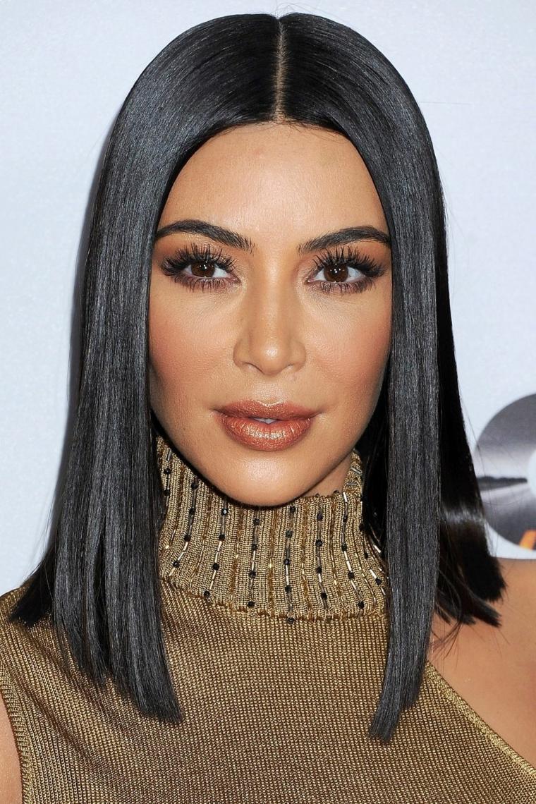 Kim Kardashian e la sua acconciatura capelli neri a caschetto, liscio perfetto e luminoso