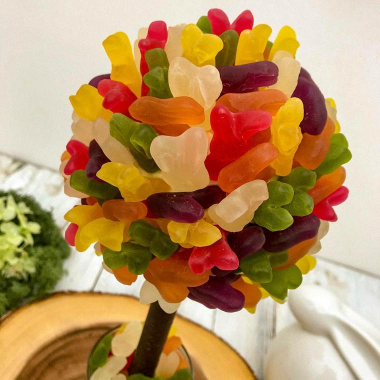 un alberello realizzato con tante caramelle colorate a forma di coniglietto, un'idea per gli addobbi di pasqua fai da te