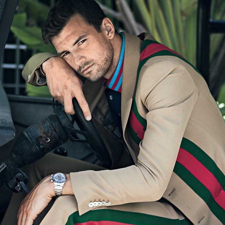 I ragazzi più belli del mondo, il tennista Grigor Dimitrov vestito con una giacca grigia e polo blu