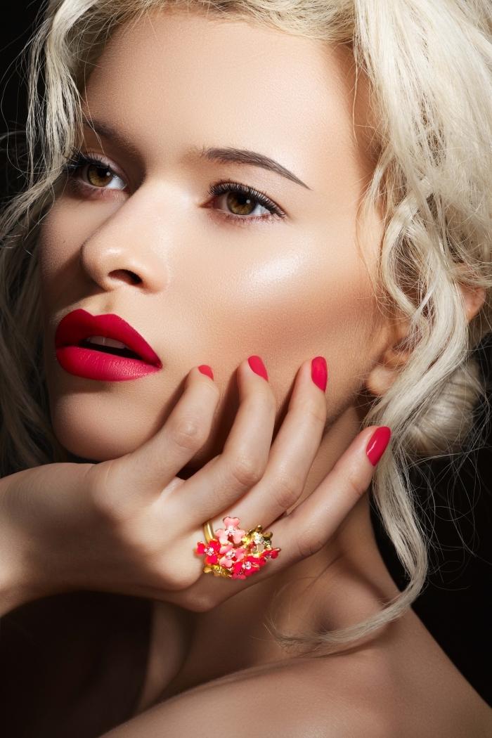 ragazza bionda con occhi verdi e un rossetto rosso opaco come le unghie