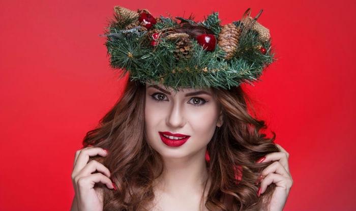 makeup rossetto rosso, ragazza con i capelli ondulati castani e una ghirlanda natalizia in testa
