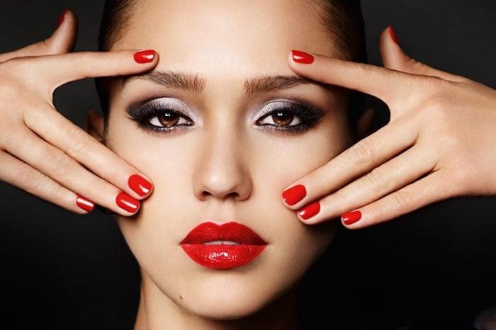 makeyp per la sera con le labbra rosse come le unghie e gli occhi con dell'ombretto argento