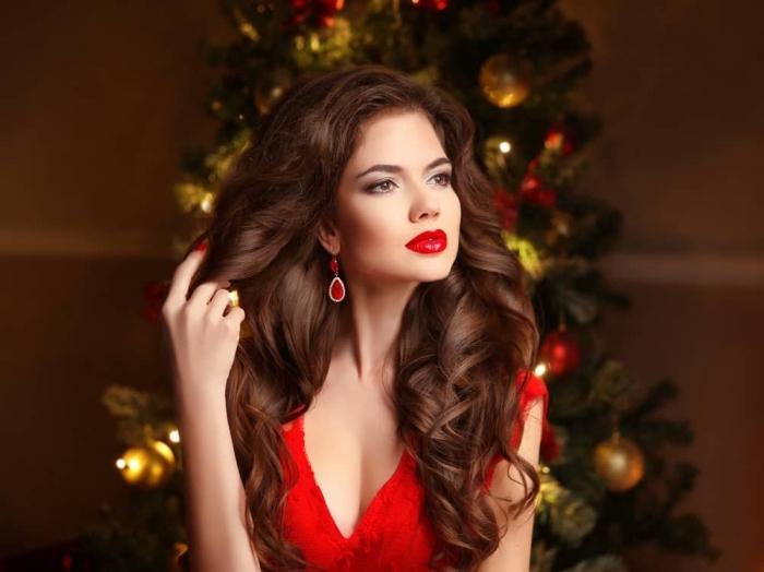 makeup per le occasioni speciali con le labbra rosse lucide, gli occhi con dell'ombretto sfumato chiaro-scuro