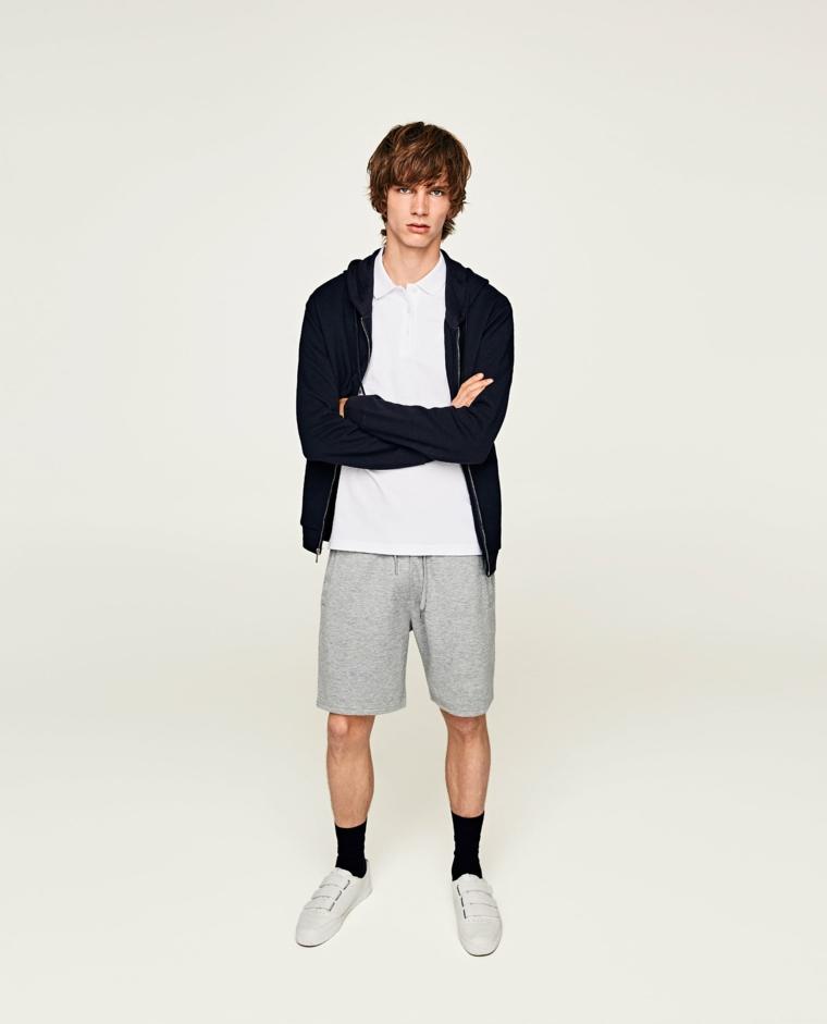Vestiti sportivo per un ragazzo giovane, pantaloncini corti e felpa di colore blu scuro