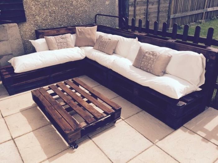 Idea arredamento esterno con un divano ad angolo con cuscineria di colore chiaro