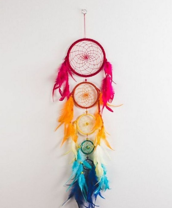 tanti cerchi che formano un dream catcher originale e colorato con tante piume ai lati