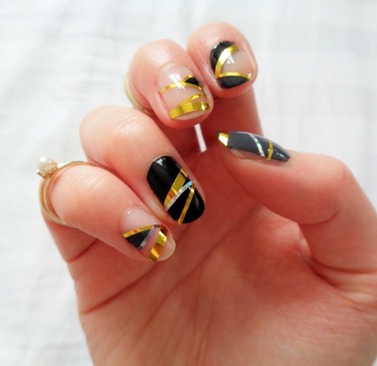 Idea unghie estive con abbinamenti di colori, manicure forma a mandorla e tanti anelli