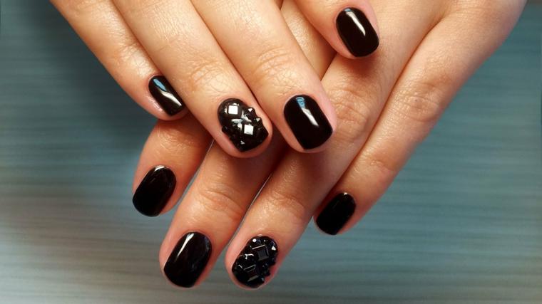 Unghie corte arrotondate, smalto nero molto lucido, mani donna