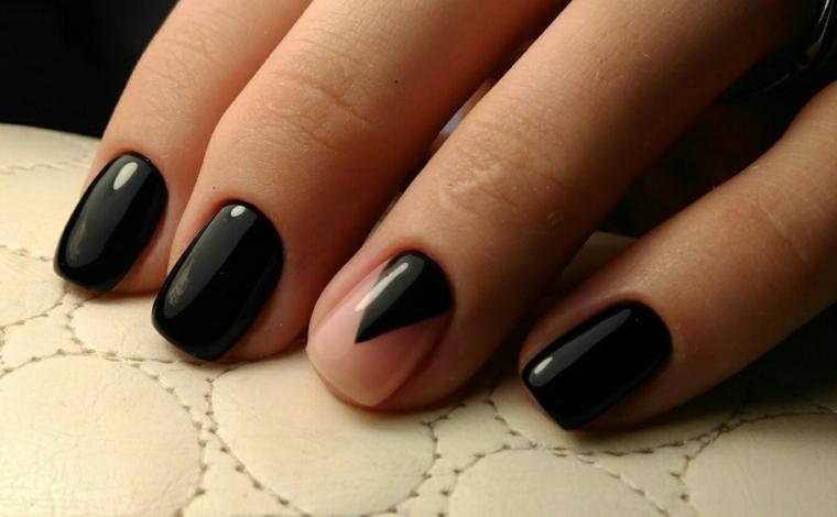 Smalto nero per delle unghie quadrate, decorazione base beige e triangolo