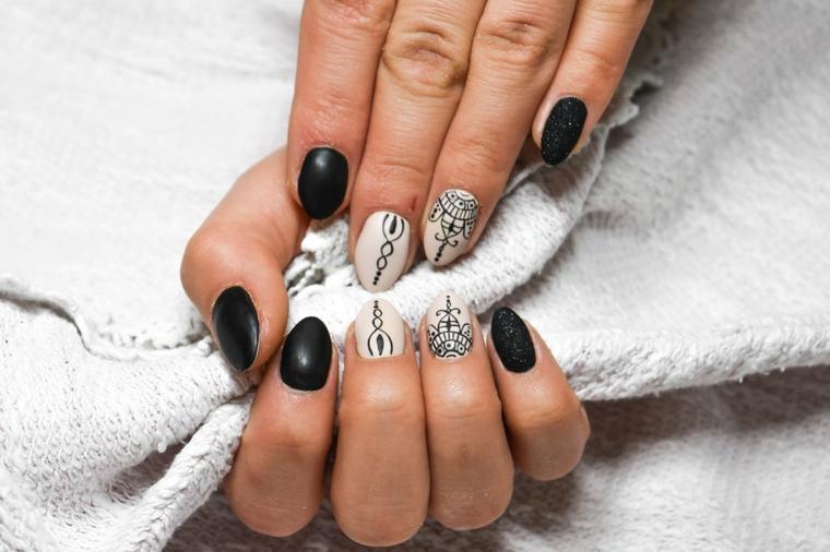 Idea per delle unghie decorate, disegni mandala su una base bianca, effetto sugar sul dito mignolo
