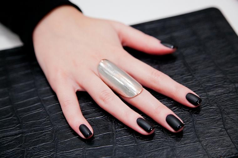 Unghie decorate con una french dello stesso colore, smalto di colore nero mat