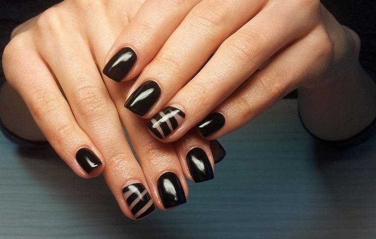 Idea come decorare le unghie, manicure forma quadrata con accent nail sul dito anulare
