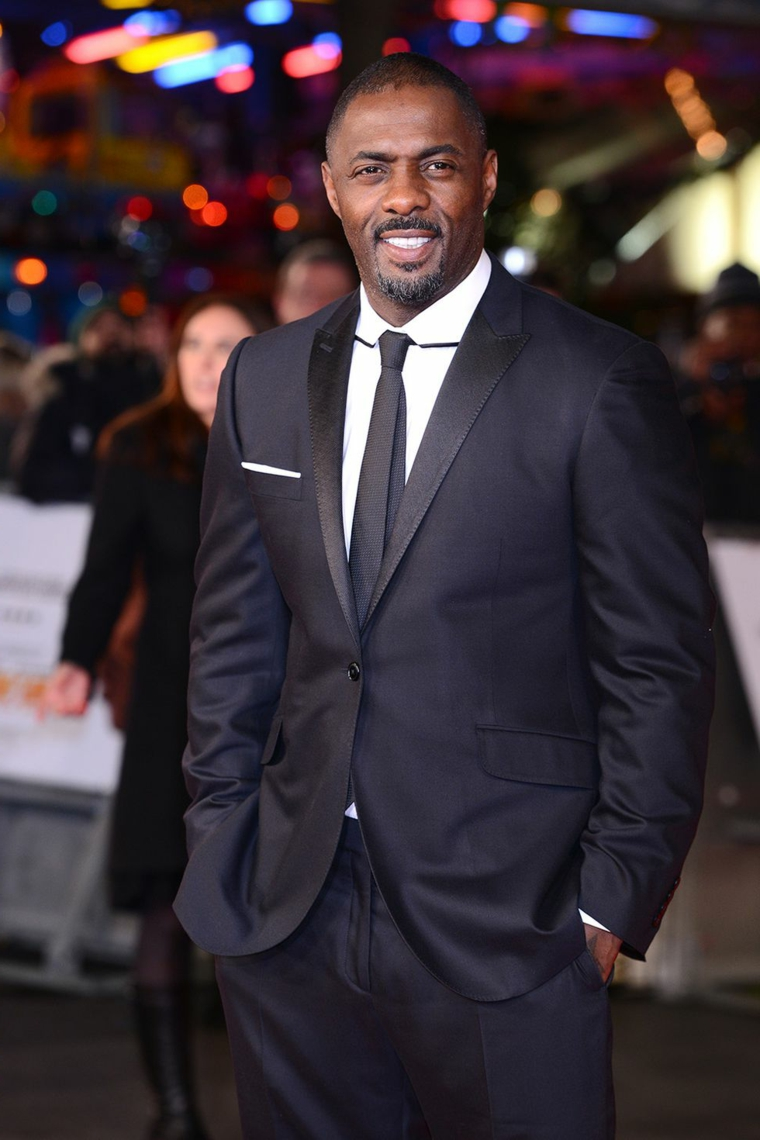 Idris Elba ad una sfilata, abbigliamento elegante giacca e cravatta, uomini belli