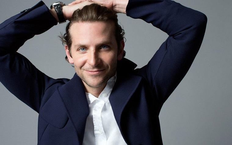 Bradley Cooper, uno degli uomini belli, vestito elegante con giacca blu e camicia