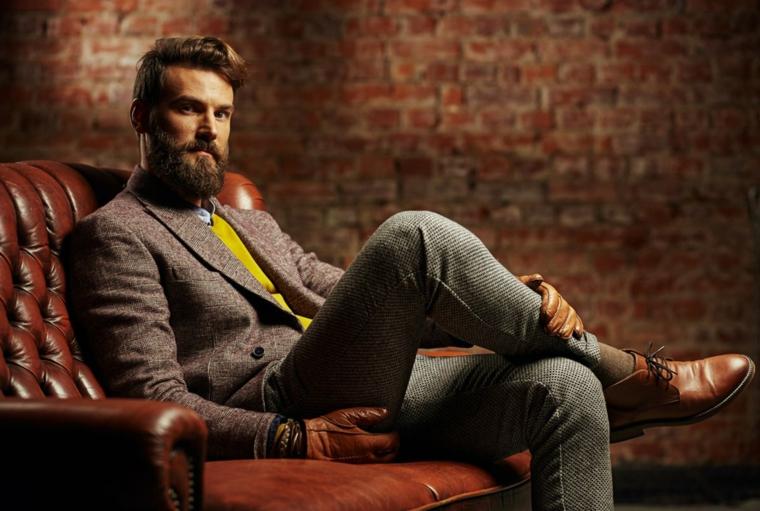 Outfit uomo con un costume elegante di colore grigio, maglione giallo