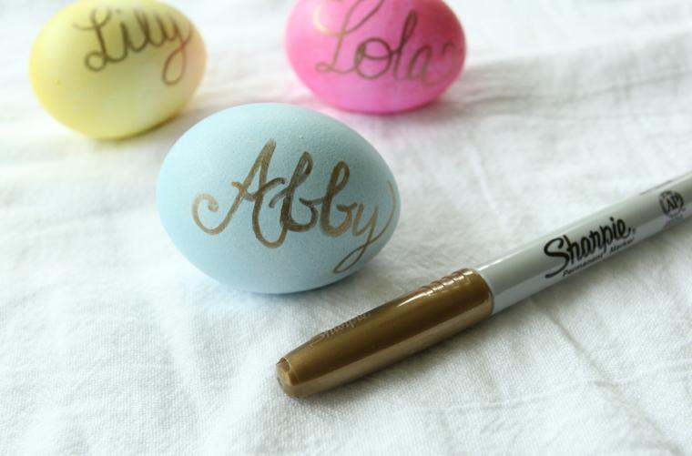 un'idea per realizzare dei segnaposto con le uova scrivendo il nome con un pennarello oro