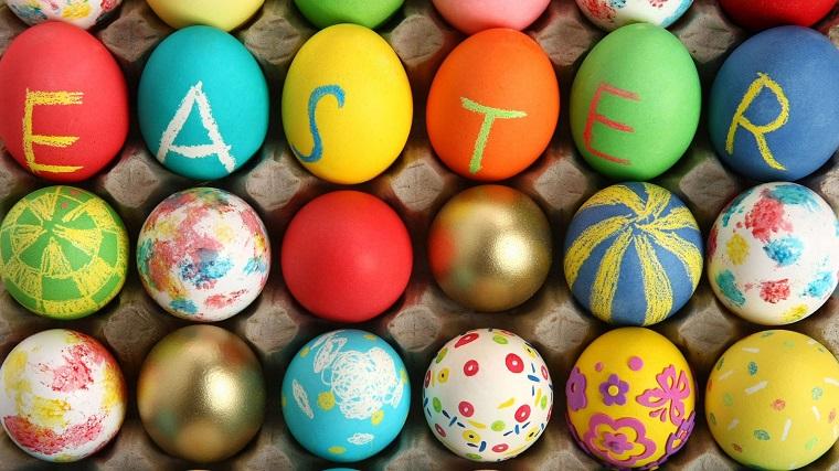Decorazioni pasquali per delle uova cotte, lavoretti pasquali, scritta easter in inglese