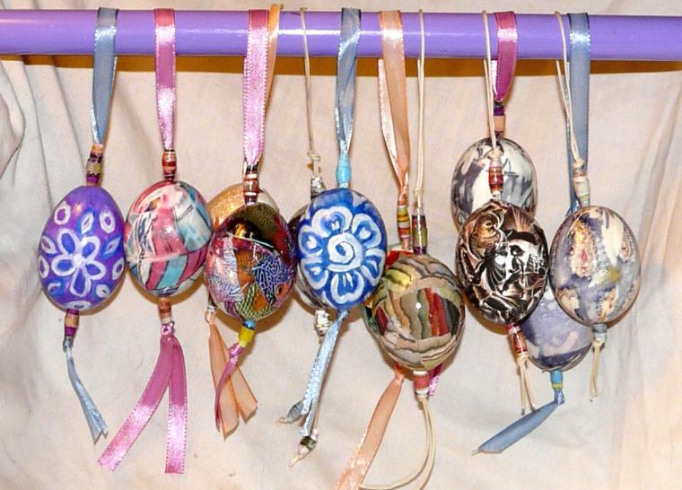 uova di pasqua decorate e colorate per degli alberi di pasqua originali e creativi