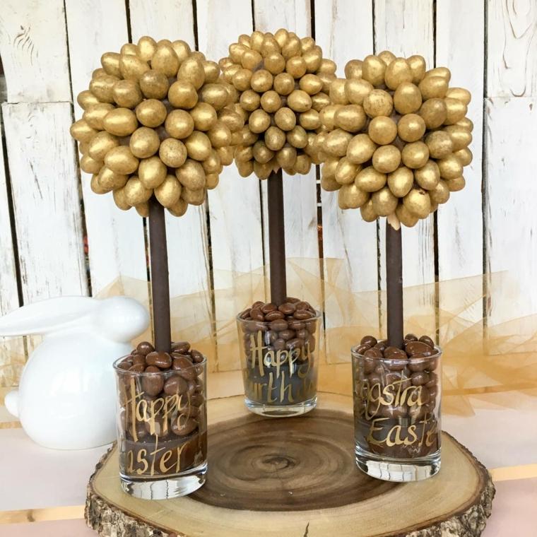 degli albarelli di pasqua realizzati con uova di cioccolato e uova dorate, vaso di vetro con scritta ora