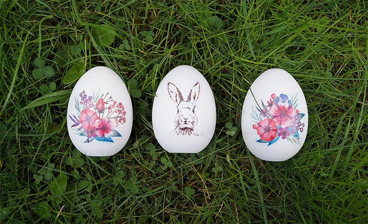 Uova di pasqua in legno, decorati con stickers motivi floreali e coniglietto, lavoretti pasquali