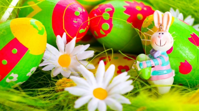 Ovetti dipinti con colori a tempera, fiorellini e statuina coniglietto, paglia finta di colore verde
