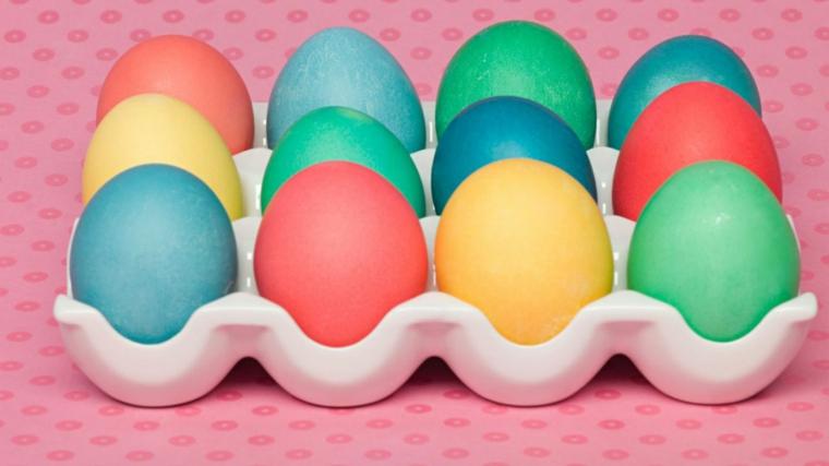 Lavoretti di Pasqua fai da te, dipingere le uova di vario colore