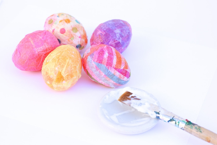 Ovetti di vario colore, carta crespa colorata e incollata con colla vinilica