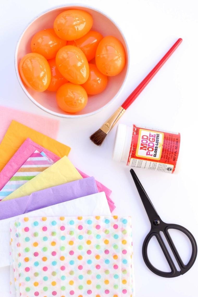 Occorrente necessario per decorare le uova di plastica, colla vinilica e carta crespa colorata