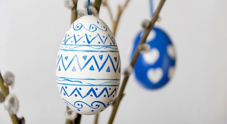 Lavoretti pasqua, uovo di colore bianco e disegni forme geometriche di colore blu