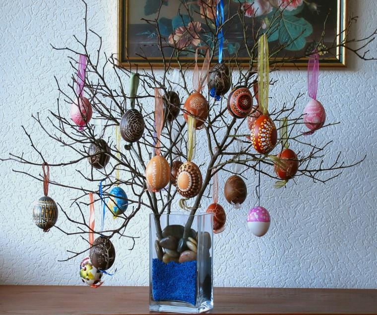 un vaso di vetro con sabbia e sassi, un albero di pasqua idee facile da realizzare con rami e uova decorate