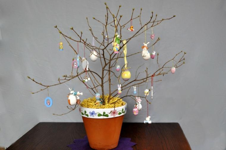 una proposta di addobbi pasquali fai da te realizzato con dei rami e delle uova decorate