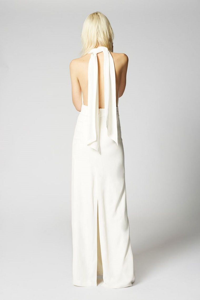 Vestiti bianco molto elegante, schiena scoperta e nodo al collo, donna con i capelli biondi