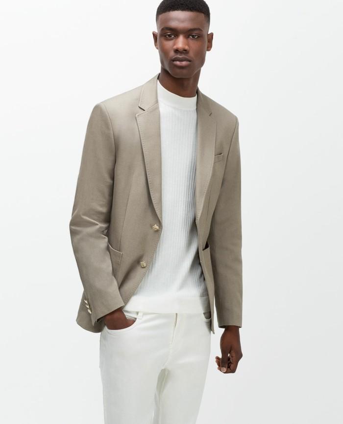 firmato zara, un'idea per un completo da uomo giovanile e moderna con la giacca tortora, maglia e pantaloni bianchi