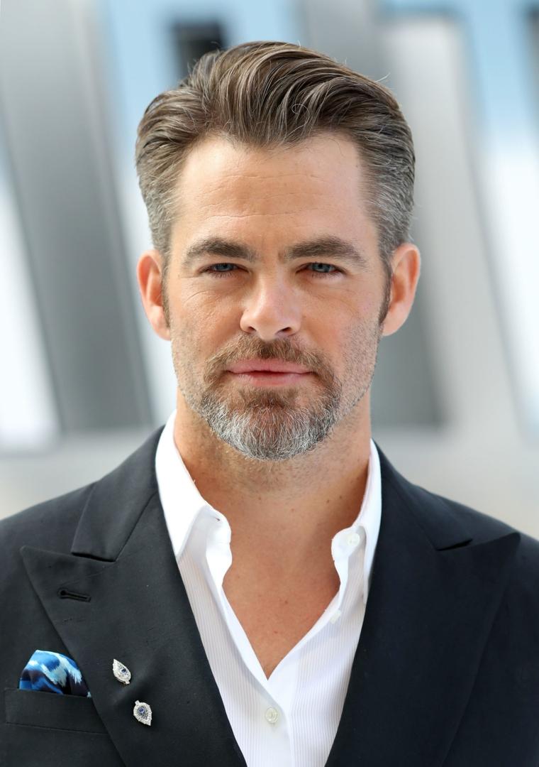 L'attore hris Pine con un'acconciatura uomo pompadour, media lunghezza, abbigliamento elegante