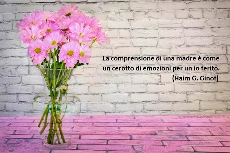 Idea auguri a tutte le mamme, dedica di Haim Ginot, foto di un vaso di fiori rosa, parete con mattoni in vista
