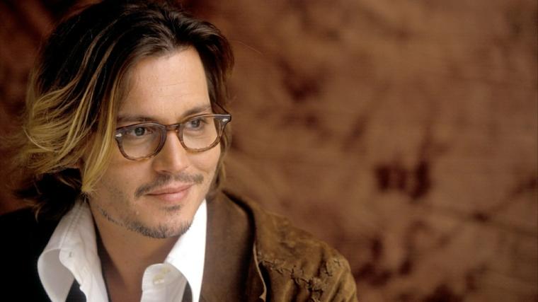 Uomini belli, l'attore Johnny Depp con i capelli lunghi di colore biondo degradè